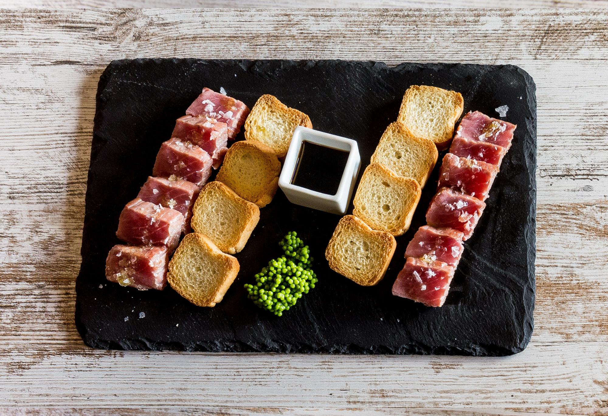 </p> <p><center>Tataki de atún rojo con soja y wasabi</center>