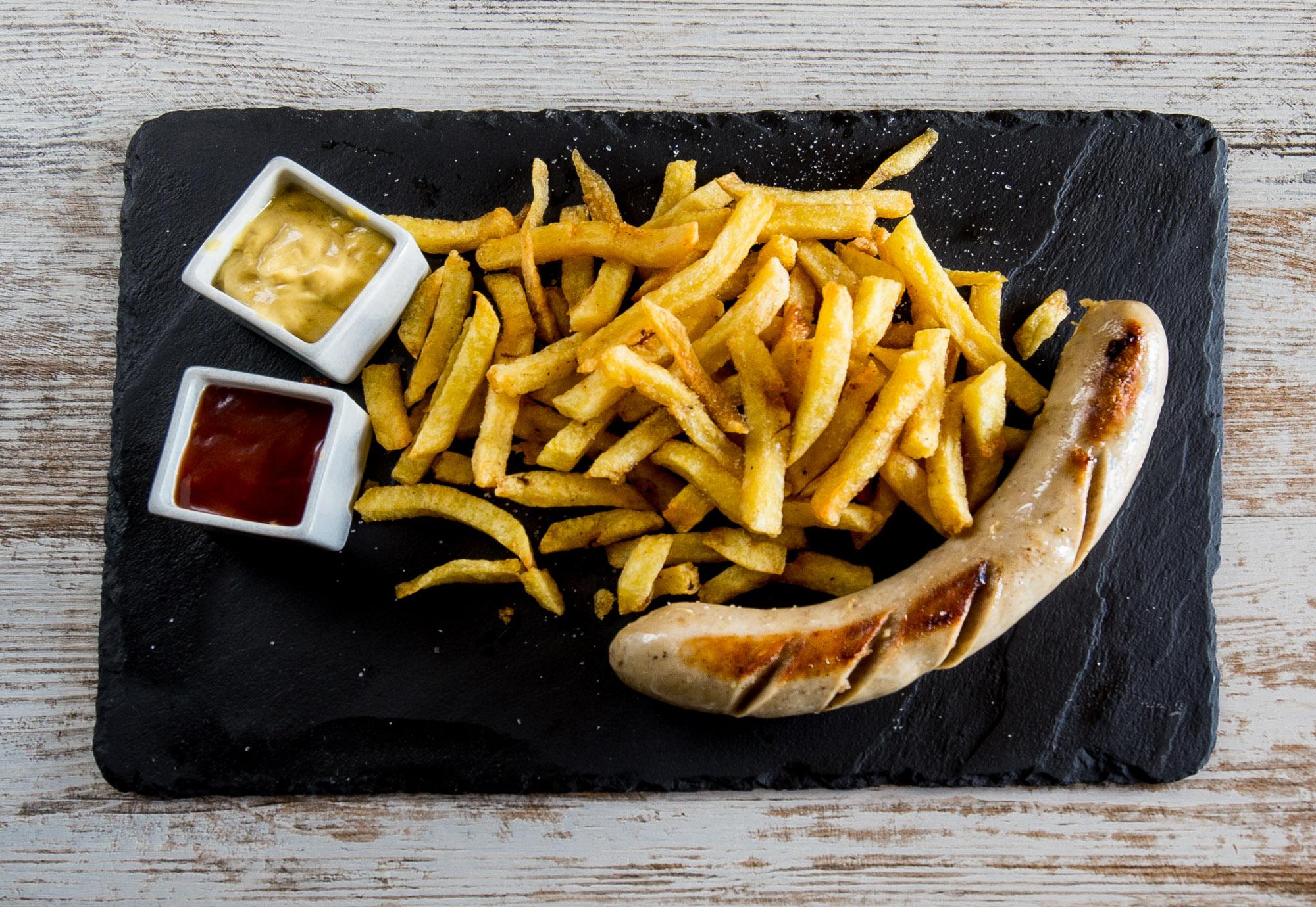 </p> <p><center>Salchicha Bratwurst con patatas fritas</center>